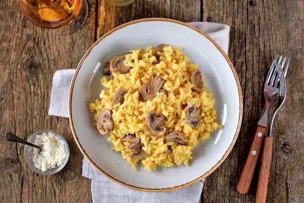 Traditionelles risotto mit pilzen, safran, parmesan und gemüse