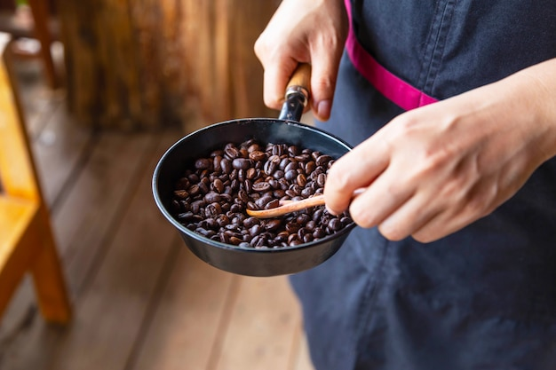Traditionelles rösten von kaffee