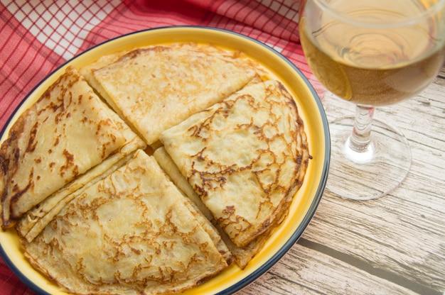 Traditionelles russisches lebensmittel, köstliche pfannkuchen auf einer platte, staplungsstapel.