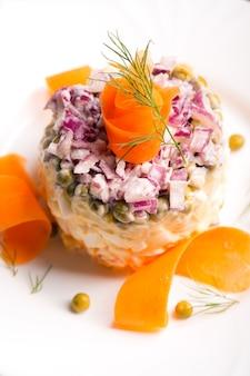 Traditionelles russisches salatolivie mit gekochtem gemüse