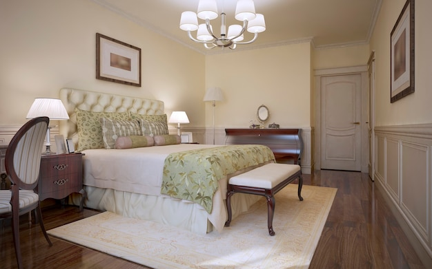 Traditionelles schlafzimmer im klassischen stil und gästezimmer mit hellem, weichem bett mit getuftetem trs-kopfteil und mahagonimöbeln und dunklem holzboden