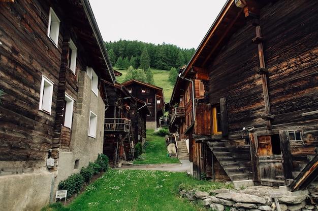 Traditionelles schweizer dorf mit alten holzhäusern in den alpen