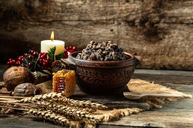 Traditionelles slawisches weihnachtsgericht kutia brei aus weizenkörnern, mohn, nüssen, rosinen und honig