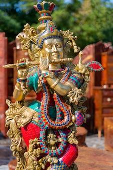 Traditionelles souvenir aus indien ist die figur der göttin shiva.