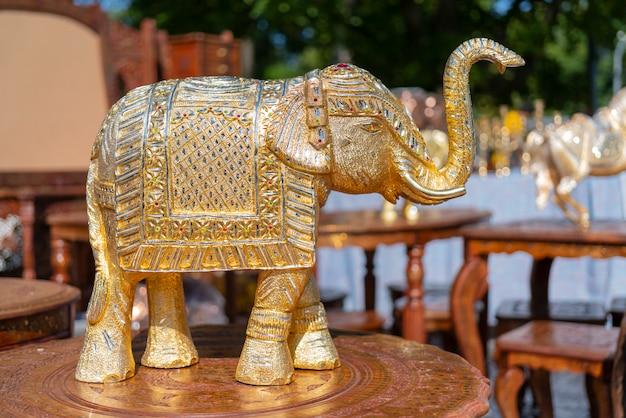 Traditionelles souvenir aus indien ist die figur eines elefanten.