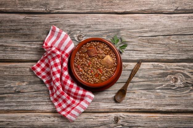 Traditionelles spanisches gericht aus linseneintopf mit chorizo und kartoffeln