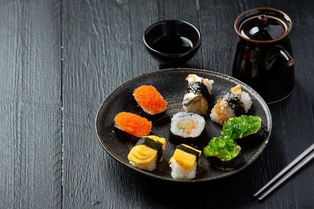 Traditionelles sushi auf dunkler oberfläche