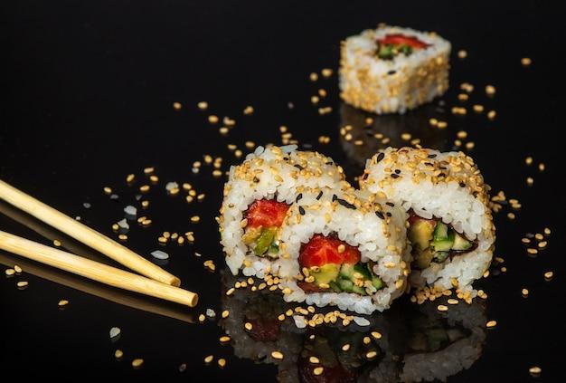 Traditionelles sushi und essstäbchen