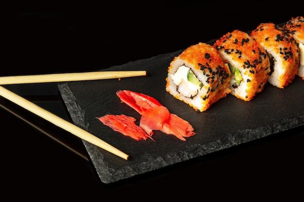 Traditionelles sushi und stäbchen philadelphia mit lachs-avocado und käse