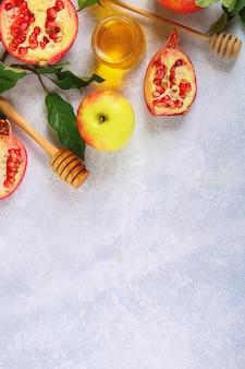 Traditionelles symbol des jüdischen neujahrsfeiertags rosh hashanah. äpfel, honig, granatapfel