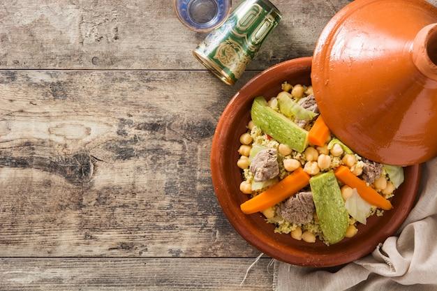 Traditionelles tajine mit gemüse, kichererbsen, fleisch und couscous