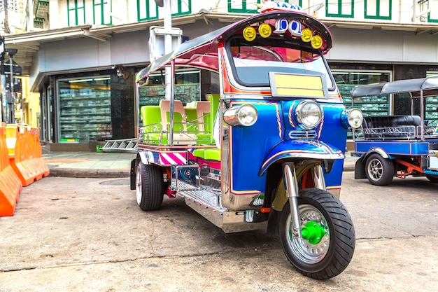 Traditionelles taxi-tuk-tuk in bangkok in thailand