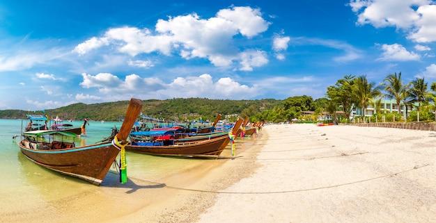 Traditionelles thailändisches boot auf phi phi don