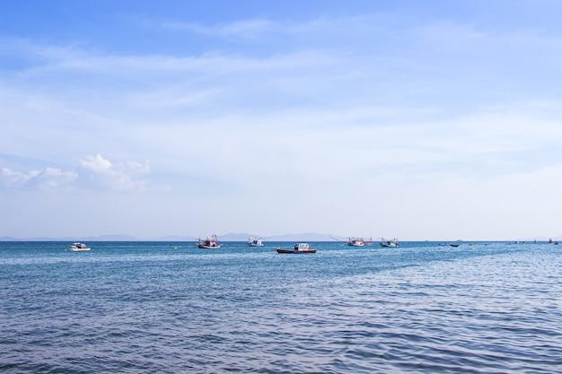 Traditionelles thailändisches fischerboot, das im meer schwimmt.