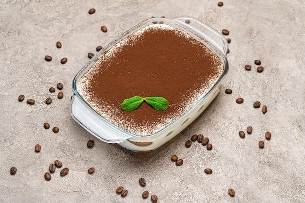 Traditionelles tiramisu-dessert auf konkretem hintergrund