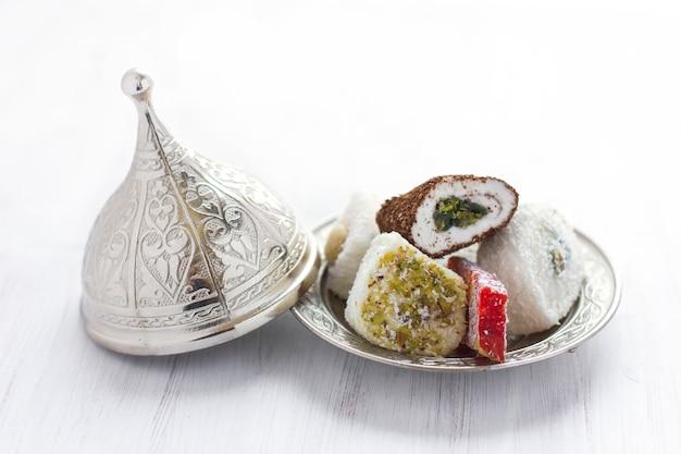 Traditionelles türkisches bonbons lukum auf einer silbernen untertasse mit deckel