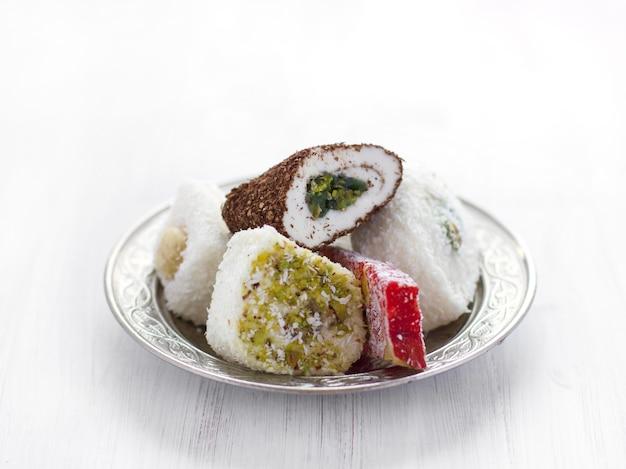 Traditionelles türkisches bonbons lukum auf einer silbernen untertasse