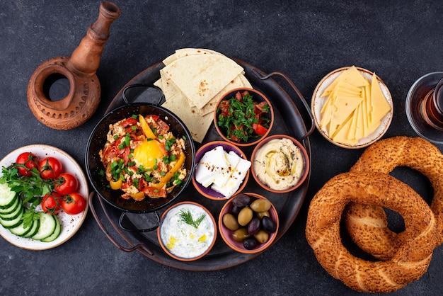 Traditionelles türkisches frühstück mit meze und simit