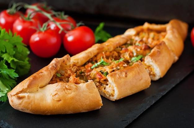 Traditionelles türkisches pide-essen mit rindfleisch und gemüse