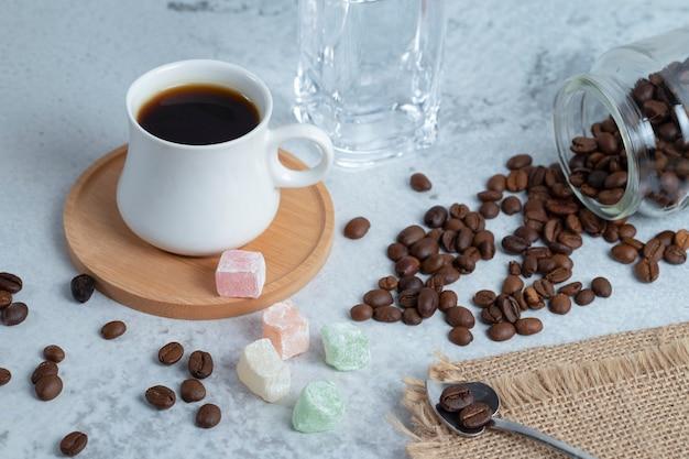 Traditionelles türkisches vergnügen rahat lukum mit kaffeebohnen und türkischen köstlichkeiten.