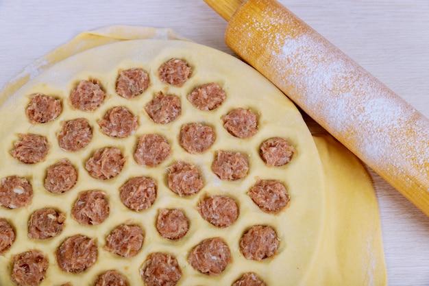 Traditionelles ukrainisches pelmeni, ravioli, mehlklöße mit fleisch auf weißem hintergrund.