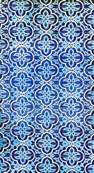 Traditionelles usbekisches muster auf den keramikfliesen an der wand der moschee
