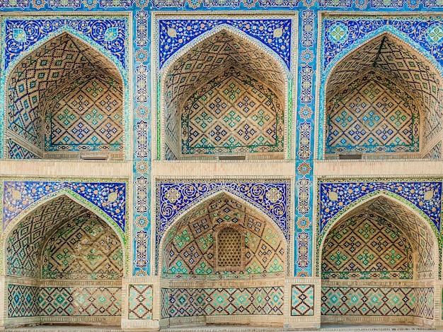 Traditionelles usbekisches muster auf der keramikfliese an der wand der moschee,