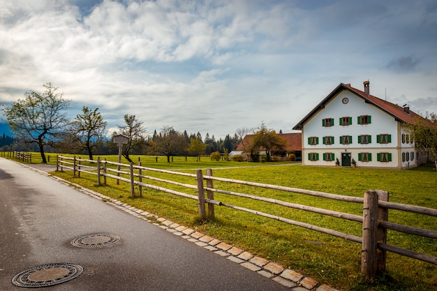 Traditionelles weißes haus in der landschaft von bayern, deutschland