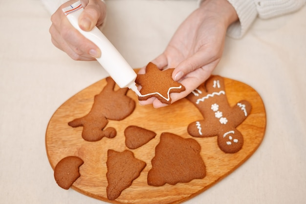 Traditionen zum feiern von weihnachten und neujahr, die lebkuchen-bonbons backen