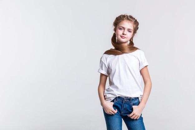 Trägt ein schlichtes t-shirt. selbstbewusste, gut aussehende junge dame, die als professionelles model arbeitet und ein normales outfit trägt