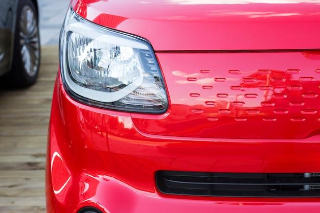 Trägt vorderansicht des roten autos, nahaufnahme zur schau