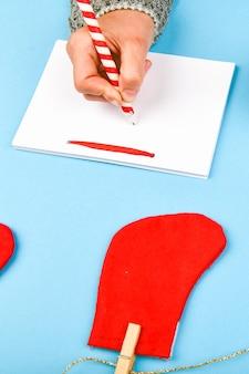 Träume von zielplänen machen eine liste für das schreiben eines neujahrs-weihnachtskonzepts in ein notizbuch