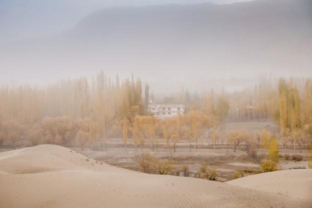 Träumerische landschaftsansicht von windigem in der wüste von skardu. gilgit baltistan, pakistan.
