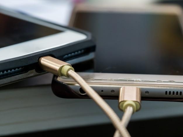 Tragbar von smartphones auf dem tisch zum aufladen
