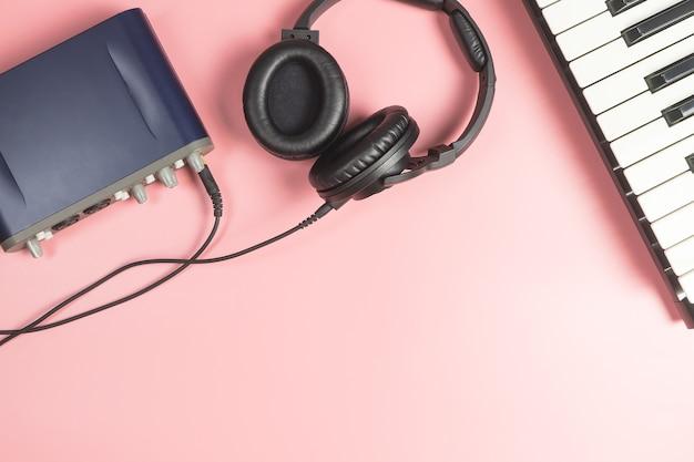 Tragbare musikstudioausrüstung auf rosa hintergrund