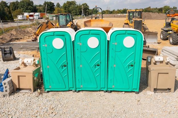Tragbare toiletten, trockenschränke auf einer baustelle