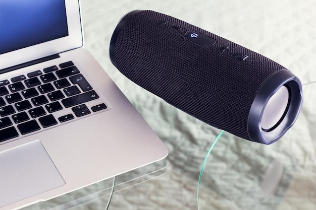 Tragbarer lautsprecher mit laptop