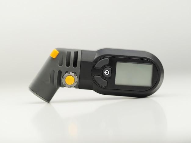 Tragbares modernes digitales reifendruckmessgerät zur inspektionsmessung der richtigen reifenfüllung für das auto.