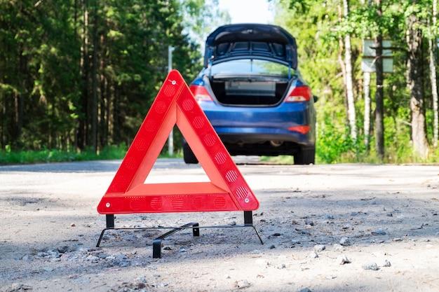 Tragbares reflektierendes rotes dreieckiges warnschild an der seite