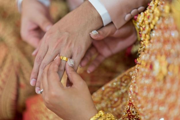 Trage einen ring, einen ehering, ein liebespaar