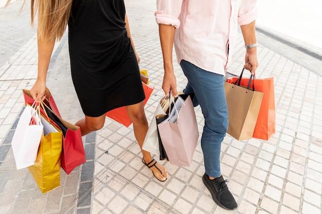Tragende einkaufstaschen der paare des hohen winkels