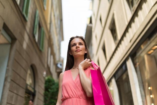 Tragende einkaufstaschen der schönen frau