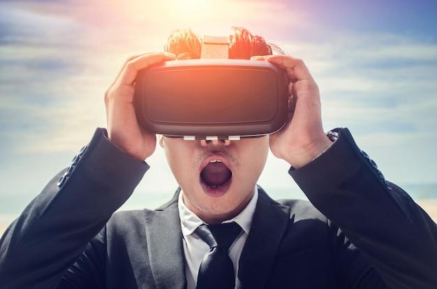 Tragende gläser der virtuellen realität des geschäftsmannes. gemischte medien