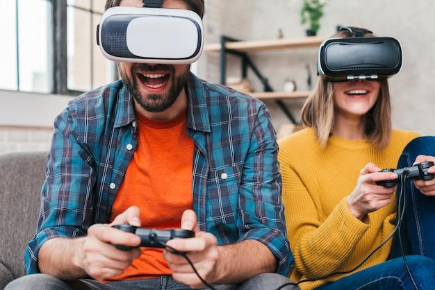 Tragende gläser der virtuellen realität des mannes, die mit steuerknüppel spielen