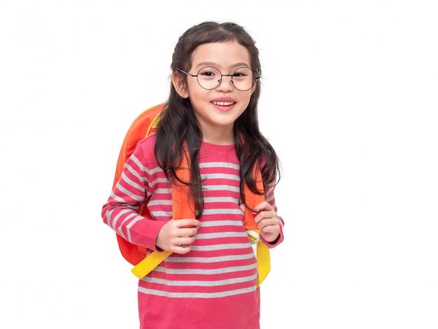Tragende gläser des asiatischen kleinen netten mädchens und studentenrucksack. student schönes kind mit der vorbereitung zurück in die schule.