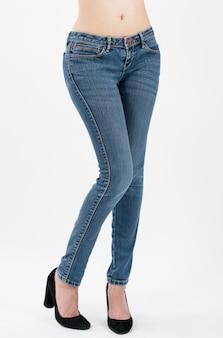 Tragende jeans der frau, die in der vorderansichthalblänge lokalisiert auf weißem hintergrund aufwerfen
