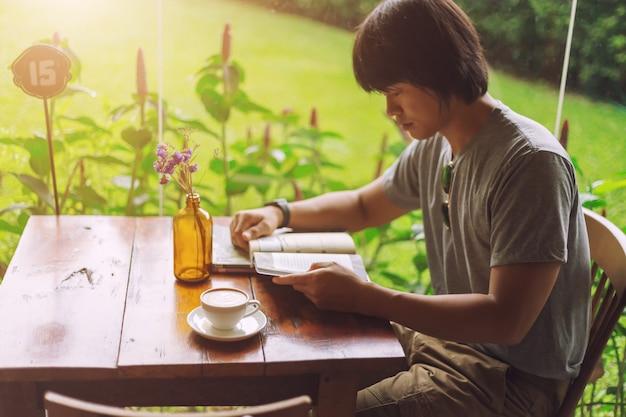 Tragende ladung des kerls keucht und trinkt einen kaffee in der kaffeestube