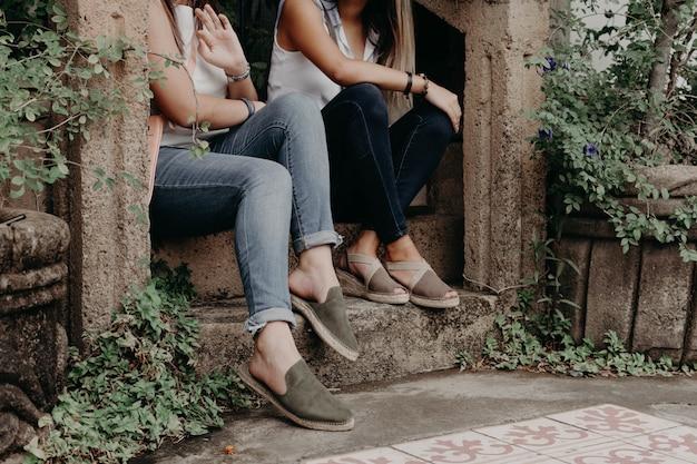 Tragende schuhe und sandalen der frau, modellierend im freien