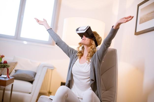 Tragende schutzbrillen der virtuellen realität der recht jungen frau