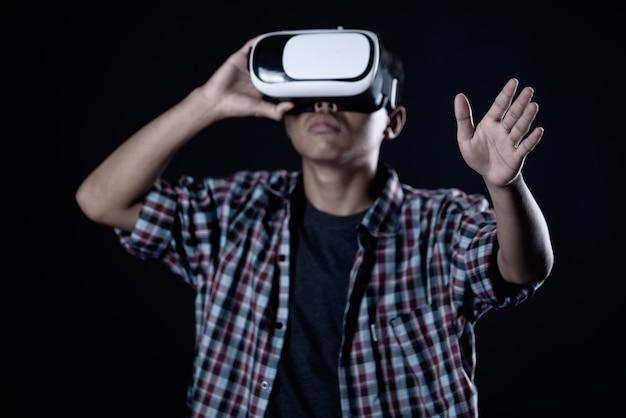 Tragende schutzbrillen der virtuellen realität des studentenmannes, vr-kopfhörer.